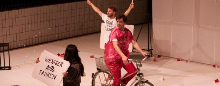 """Protestieren für den Umweltschutz. Performing Group: """"TRASHedy"""". copyright: Roberto Duarte"""
