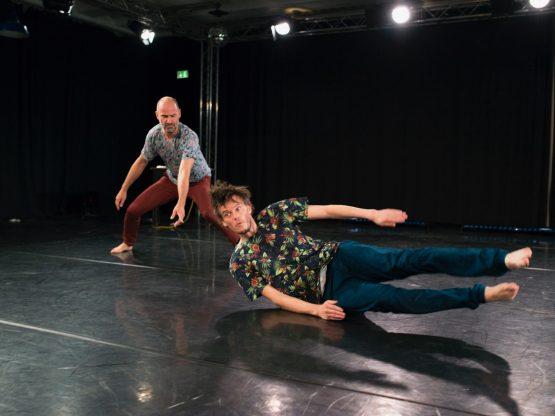Männer tanzen. Foto: René Löffler