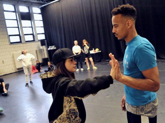Raphael Hillebrand und Anja Jadryschnikowa zeigten den Jugendlichen Hip Hop Moves. Foto: Marion Borriss